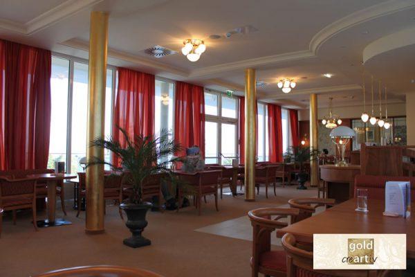 vergoldete Säulen in Restaurantbereich